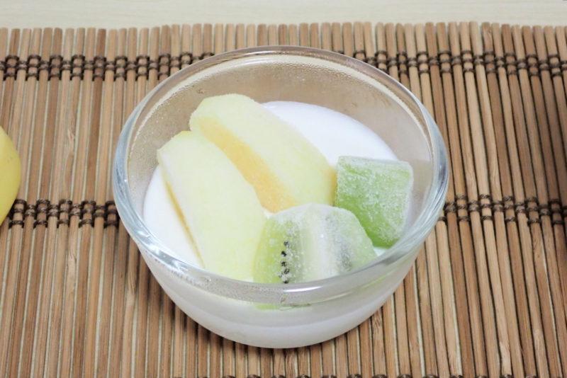 ヨーグルトメーカーで作った自家製ヨーグルト 冷凍フルーツ乗せ