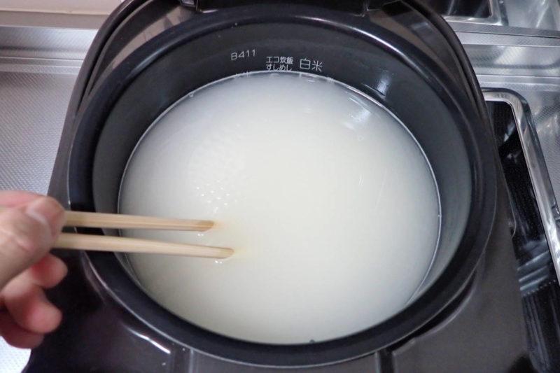 もち麦ご飯の炊き方 菜箸でかき混ぜる