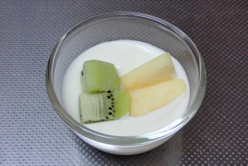 自家製ヨーグルトに冷凍したフルーツを乗せる